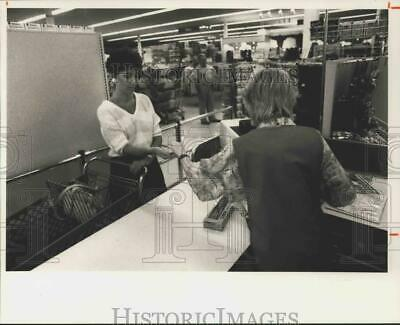 1988 PRESS PHOTO Customer Linda Quill at Ames Department Store in Auburn