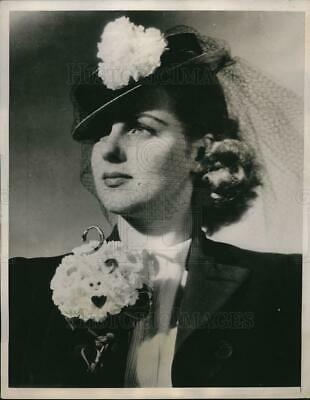 1939 Press Photo Young lady wears carnation on spring sailor hat