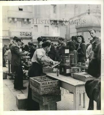 1943 Press Photo WWII citizens of Malta bring possessions to trade in streets