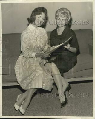 1961 Press Photo Mary Ann Mobley, Miss America & Carolyn Natal, Miss New Orleans