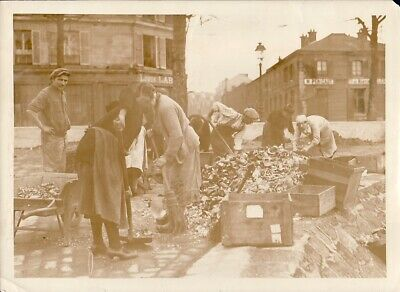 Wine Glass Bottle Recycling Workers ouvriers recyclage verre Paris Photo 1920's