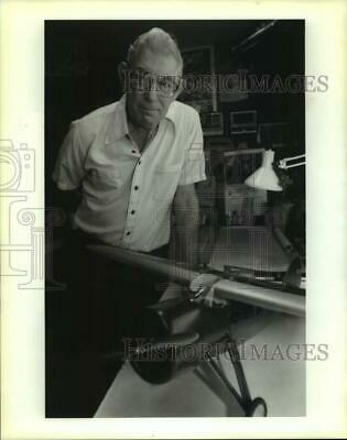 1992 Press Photo Allen Wiltz model airplane builder with one of his airplanes