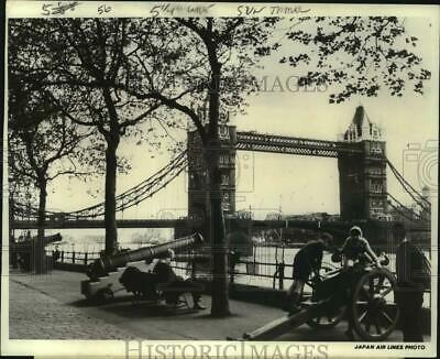 1972 Press Photo Thames River Esplanade, Tower Bridge, Tower of London, England