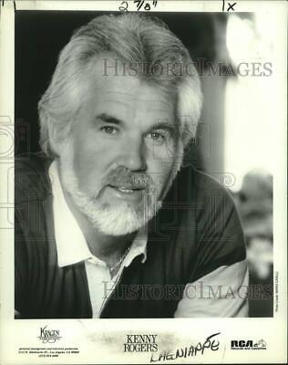 21ff7b5c 1984 Press Photo Kenny Rogers sings with Crystal Gayle at the Superdome.