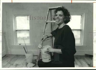1987 Press Photo Beth Rougeux Painting Room of her Remodeled House - sya11382
