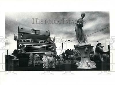 1985 Press Photo Vendors sell banks and statues at E 55th street and Woodland.