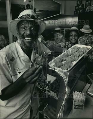 1986 PRESS PHOTO Wally Amos at first Famous Amos Cookie