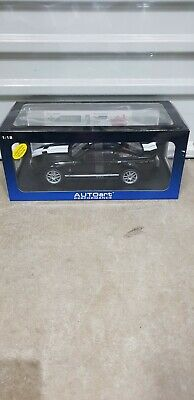 1 18 Autoart Ford Mustang Shelby GT 500 in Black / White stripes as Brand New