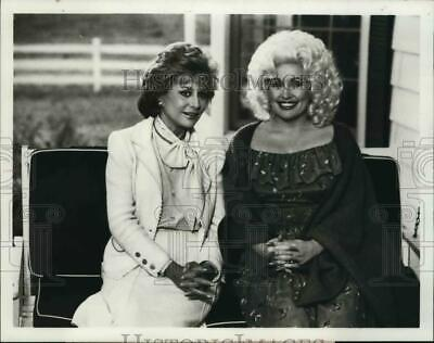 1982 Press Photo Barbara Walters to interview Dolly Parton on ABC TV Special