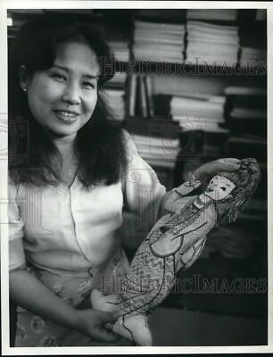 1986 Press Photo Rosanna Chang of Kenner Street Elementary School with Doll