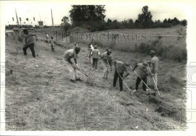 1989 Press Photo Project Pride youth group cleans up along New York roadway