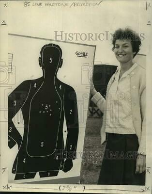 1967 Press Photo Mrs. Shirley Colomb displays her hits on her gun shot target