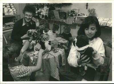 1986 Press Photo Anne Tocker Dressing Dolls for Cayuga Museum Doll Exhibit