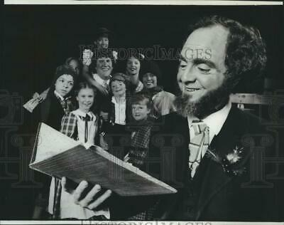 Press Photo Bryan Harnetiaux as Charles Dickens with cast of A Christmas Carol