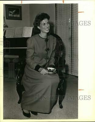 1985 Press Photo Cathy Smith Poses With Tea Cup In Red Wool Crepe Outfit