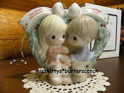 Precious Moments~ORNAMENT~Our First Christmas 2011~111004~Couple n HEART Wreath~