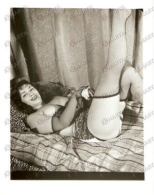 1965 ca USA - EROTICA VINTAGE Lady in fishnet stockings on spotted pillow *PHOTO