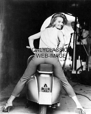 1961 SEXY GIRL ANGIE DICKINSON REAR END VESPA MOTOR SCOOTER MOTORCYCLE HOT PINUP
