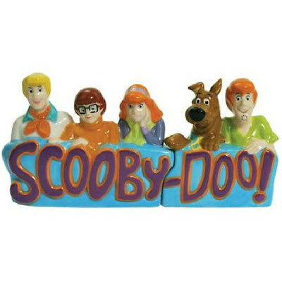 Scooby-Doo Gang Figures and Name Logo Ceramic Salt and Pepper Set, NEW UNUSED