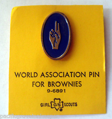Vintage Girl Scout 1955-1976 BROWNIE WORLD ASSOCIATION PIN 2 Two Fingers CARDED