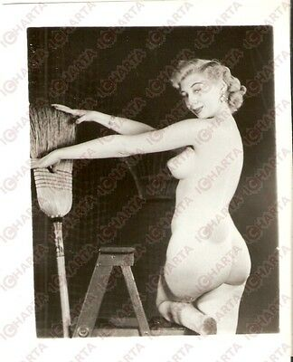 1950 ca USA - EROTICA VINTAGE Naked housewife with dirty feet and broom *PHOTO