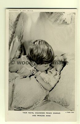 q1866 - Young Prince Charles kissing The Cheek Of Baby Anne - postcard - Tuck's