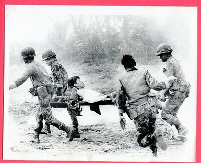 1971 ARVN Paratroopers Carry Wounded Stretcher Chup Cambodia Original News Photo