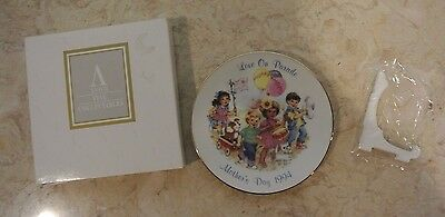 """Avon Fine Collectibles """" Love on Parade """" 1994 Mothers Day Plate"""