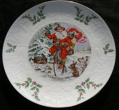 Fantastic Royal Doulton Christmas 1982 Collector Plate Santa Angels Mistletoe