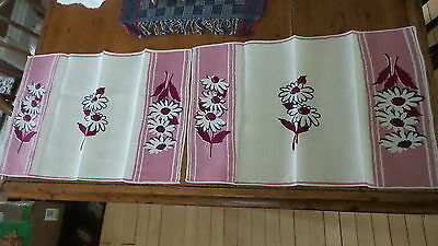 Vintage Linen PLACEMAT PAIR, DAISIES W/ MAROON CENTERS, OUTLINED NAVY BLUE Doily