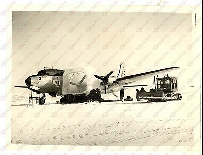 1956 US NAVY ANTARCTIC Operation DEEP FREEZE - Crewmen covering an R4D DOUGLAS