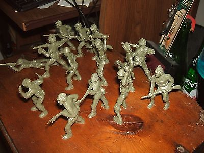 14 OLD 1950s VINTAGE GREEN PLASTIC TOY US ARMY SOLDIERS CEREAL PREMIUM TOYS