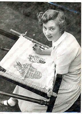 1954 BOOKHAM (SURREY) Denise HAYSTAFF works on needlework coat of arm *Photo