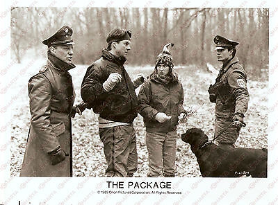 1989 THE PACKAGE Movie by Andrew DAVIS Police stopped suspects in the woods Foto