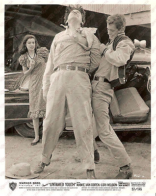 1957 UNTAMED YOUTH Don BURNETT punches a guy in the back *Foto 20x25
