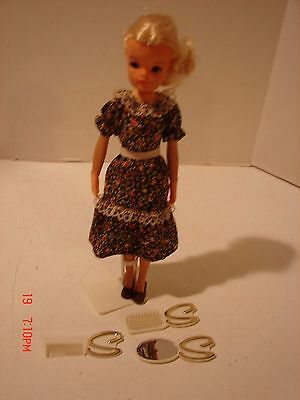 Vintage 1978 Doll Marx Toys Sindy Stand Dress Shoes Comb Brush Made Hong Kong