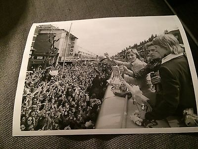 PRESS PHOTO 4/5 1975 FA Cup Final West Ham v Fulham Hammers welcomed home