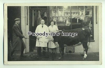 an0760 - Butcher at his shop with his Prize Bull of 17 Months Old - Postcard