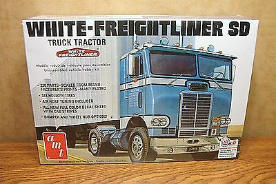 Amt White-Freightliner Sd Truck Tractor 1/25 Scale Model Kit