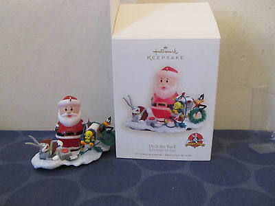 Hallmark Keepsake Santa with Looney Tunes Deck the Yard IN BOX