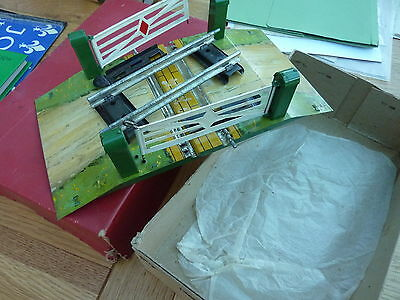 HORNBY O SCALE BOXED CLOCKWORK TINPLATE LEVEL CROSSING No 1