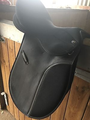 Maxam Synthetic Saddle With Changeable Gullet 17.5 Wide Fit