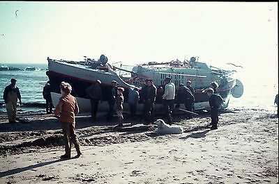 35Mm Colour Slide Rnlb Amelia Life Boat On Beach 37-12 With A Crowd Of People