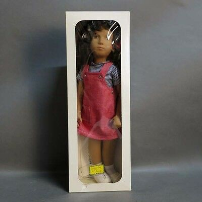 Unbespielt im Karton. Sasha Doll Brunette Red Pinafore No.: 111. 1970 - 1980