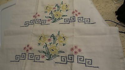 Vintage PILLOWCASE PAIR X-Stitch Embroidered DAFFODILS Chartruese,Pink