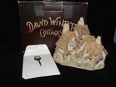 """1983 David Winter Cottages """"The Green Dragon Pub"""" Hand Made & Painted"""