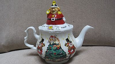 New in box Alice's Christmas Party 4 cup Tea Pot Paul Cardew England