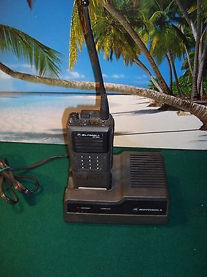 MOTOROLA MT1000 W/CHARGER NTN4633A for REPAIR/PARTS ONLY