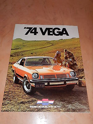 ORIGINAL 1974 CHEVROLET VEGA AUTOMOBILE DEALER SALES BROCHURE (lot 109)