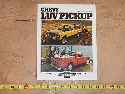 ORIGINAL 1974 CHEVROLET LUV TRUCK AUTOMOBILE DEALER SALES BROCHURE (lot 301)